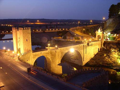 Alcantara_bridge_in_the_night
