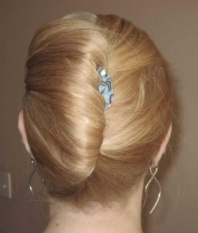 Прически на средние волосы с крабиком