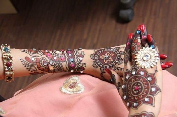 Beautiful-Arabic-Mehndi-designs-with-stones-6
